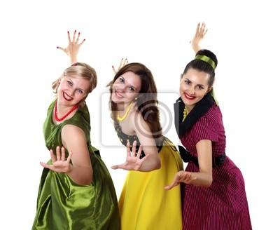 Trzy młode kobiety w jasnych sukienkach kolorów