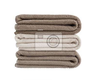 Trzy ręczniki w stos wyizolowanych nad białym