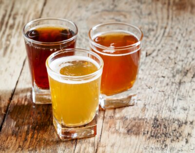Naklejka Trzy rodzaje piwa na starym drewnianym tle, selektywne fokus