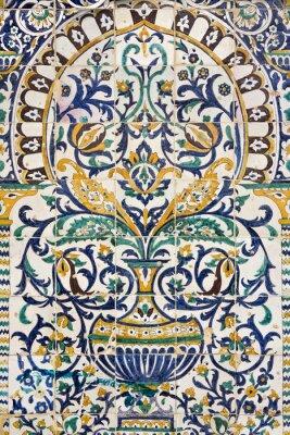 Naklejka Tunezja. Kairouan - w Zaouia Sidi Saheb. Fragment ceramiczne kafelki panelu z motywami kwiatowymi i architektonicznych