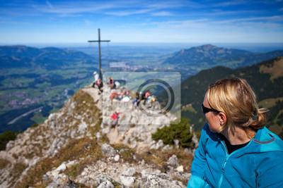 turysta na szczycie góry