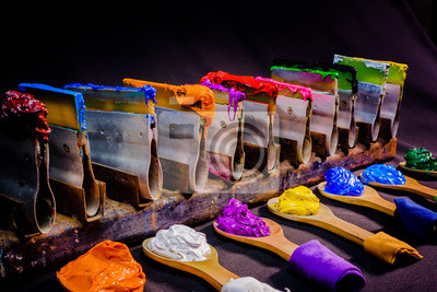 Naklejka tuszu lub farby do drukowania na tkaninie istnieje kilka rodzajów. Tusz użyty do nadruku na ciemnych tkanin należy zawsze stosować tusz plastizolu. jest przydatna dla białej tkaniny zbyt