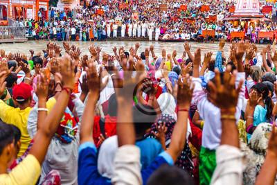 Naklejka Tysiące Hinduskich Ludzi w świętym mieście Haridwar w Uttarakhand, w Indiach podczas wieczornej lekkiej ceremonii zwanej Ganga arthi do czci rzeki Ganges / Ganges.