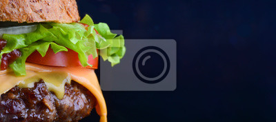 Naklejka Ulotka z burgerami. Cheese burger z grillowanym mięsem, serem, pomidorem, sałatką i krążkami cebuli. Zakończenie wyśmienicie świeży domowy robić hamburger z sałatką i serem na korowatym błękitnym tle