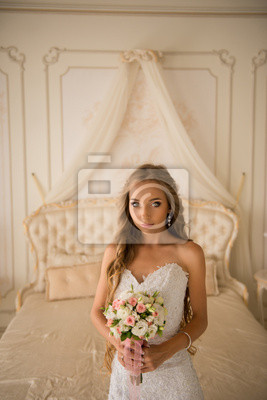 Uroczy piękna narzeczona gospodarstwa bukiet ślubny w rękach
