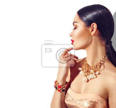 Uroda moda model brunetka portret dziewczyny. Sexy młoda kobieta z doskonałym makijażem i modnymi złotymi akcesoriami