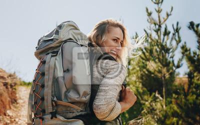 Uśmiechnięta kobieta iść na campingu
