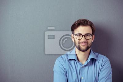 Naklejka Uśmiechnięty mężczyzna w okularach na szarym tle, podstawowe