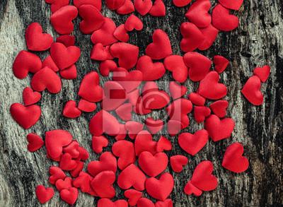 Valentine dni satynowe czerwone serce na tle drewna
