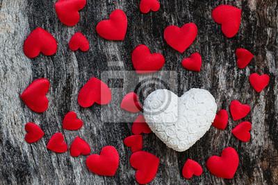 Valentine tle dni drewna z białych i czerwonych serc