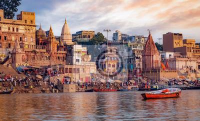 Naklejka Varanasi antycznego miasta architektura z widokiem Ganges rzeczni ganges przy zmierzchem. Varanasi znajduje się w stanie Uttar Pradesh India.