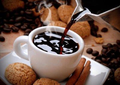 Naklejka versare il caffè caldo nella tazzina bianca