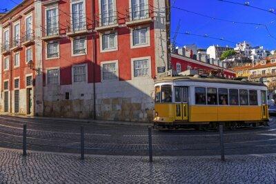 Naklejka Vintage tramwaj z Lizbony na ulicy miasta