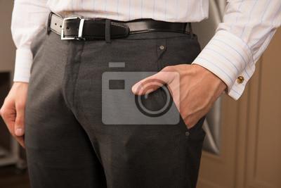 w formalwear włożył rękę do kieszeni