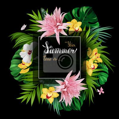 Wakacyjny sztandar z zieloną tropikalną palmą, monstera liśćmi, różowym Aechmea, hibiskami i żółtymi orchideami kwitnie kwiaty na czarnym tle. Białe i złote tekstury napis na lato plakat.