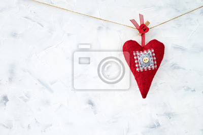 Walentynki-dzień tło. Czerwony tekstylny serce na białym tle. Skopiuj miejsce