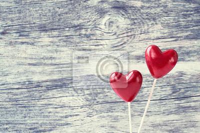 Walentynki-dzień tło. Dwa czerwonego serca na drewnianym tle. Skopiuj przestrzeń, stonowana