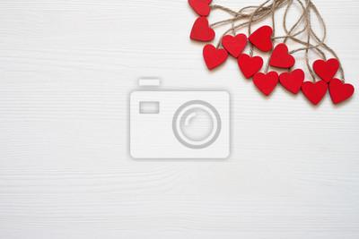 Walentynki tło. Czerwoni drewniani serca na białym drewnianym tle. Skopiuj miejsce, widok z góry.