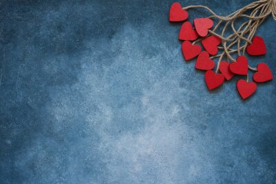 Walentynki tło. Czerwoni drewniani serca na błękitnym tle. Skopiuj miejsce, widok z góry.