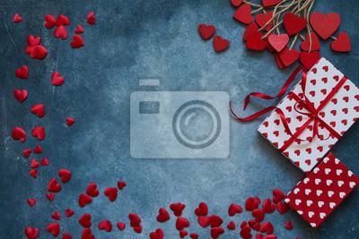 Walentynki tło. Czerwoni serca i prezentów pudełka na błękitnym tle. Skopiuj miejsce, góra