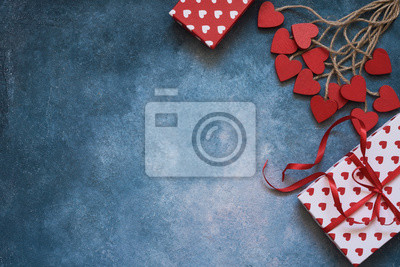 Walentynki tło. Czerwoni serca i prezentów pudełka na błękitnym tle. Skopiuj miejsce, widok z góry