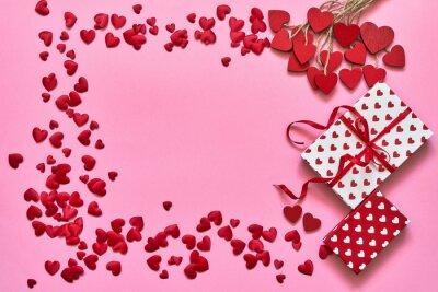 Walentynki tło. Czerwoni serca i prezentów pudełka na różowym tle. Skopiuj miejsce, widok z góry