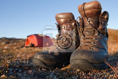 Wanderstiefel vor dem Zelt w Laponii
