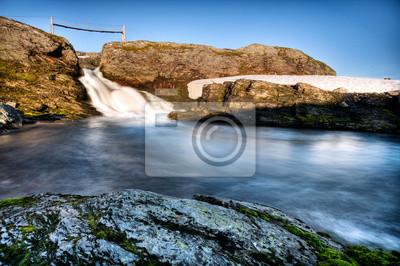 Wasserfall und Sommerbrücke in der Hardangervidda