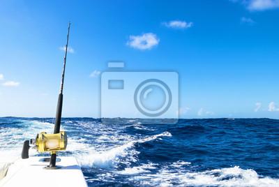 Naklejka Wędka w słonej wodzie podczas łowiska dnia w błękitnym oceanie. Pomyślna koncepcja połowów