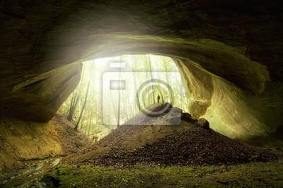 Wejście do jaskini z człowiekiem i światła