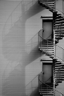 Naklejka Wendeltreppe / Eine Wendeltreppe und Feuerleiter eines Industriegebäudes