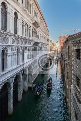Wenecja, Włochy. Widok z Mostu Westchnień. Tradycyjny wąski kanał z łodziami w Wenecja, Włochy