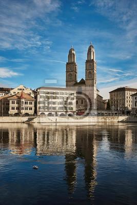 Widok historyczny miasto Zurich. Kościół Grossmunster nad rzeką Limmat, kanton Zurych, Szwajcaria