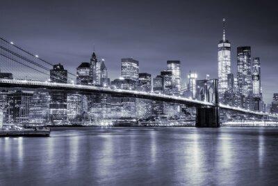 Naklejka Widok na Manhattan i Most Brookliński w nocy w Nowym Jorku