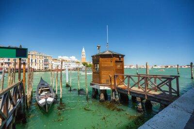 Naklejka Widok z gondoli podczas jazdy po kanałach Wenecji í