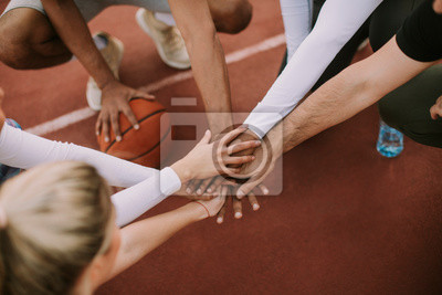 Naklejka Widok z góry drużyny koszykówki, trzymając się za ręce nad sądem