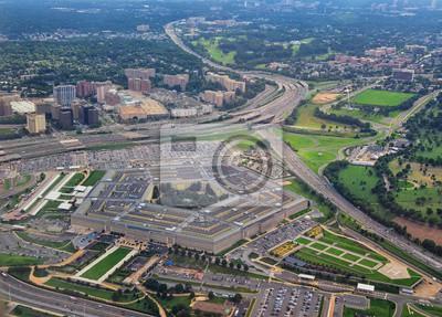 Naklejka Widok z lotu ptaka Pentagonu Stanów Zjednoczonych, siedziby Departamentu Obrony w Arlington w stanie Wirginia, w pobliżu Waszyngtonu, z autostradą I-395 oraz Air Force Memorial i Cmentarzu w Arlington