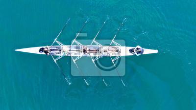 Naklejka Widok z lotu ptaka z drona z lotu ptaka na kajak sportowy obsługiwany przez zespół młodych kobiet w szmaragdowo czystym morzu Description96ult
