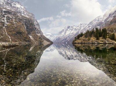 Naklejka Widok z miejscowości Gudvangen w kierunku fiordu w Norwegii
