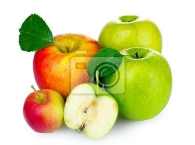 Wiele świeżych dojrzałych jabłek samodzielnie na białym tle