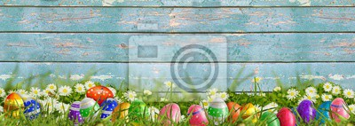 Naklejka Wielkanoc - łąka z Easter jajkami i drewnianym tłem