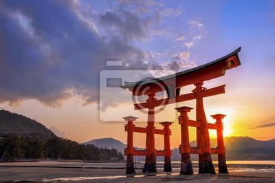 Naklejka Wielki torii Miyajima o zachodzie słońca, w pobliżu Hiroszimy w Japonii