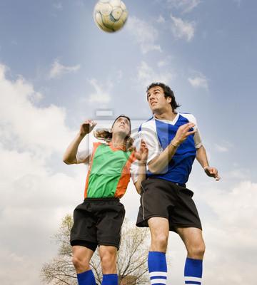 Wielu etnicznych mężczyzna piłkarzy skoki w piłkę