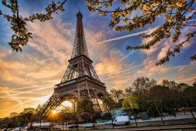 Naklejka Wieża Eiffla przed wschodem słońca w Paryżu, Francja