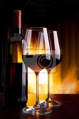 wina na kieliszki przed kominkiem z ogniem