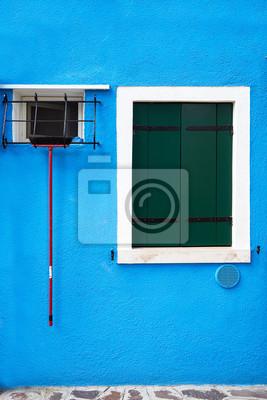 Windows z zamkniętymi zielonymi żaluzjami na sławnej wyspie Burano, Wenecja, Włochy