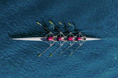 Naklejka Wioślarstwo dla kobiet na niebieskiej wodzie