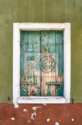 Włochy, Wenecja, wyspa Burano. Stare okna z zamkniętymi stare okiennice.