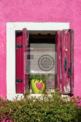 Włochy, Wenecja, wyspa Burano. Tradycyjne kolorowe ściany i okna starych domów. Skopiuj miejsce