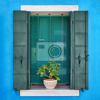 Włochy, Wenecja, wyspa Burano. Tradycyjne kolorowe ściany i okna z otwartymi okiennicami i kwiatami w doniczce. Skopiuj miejsce